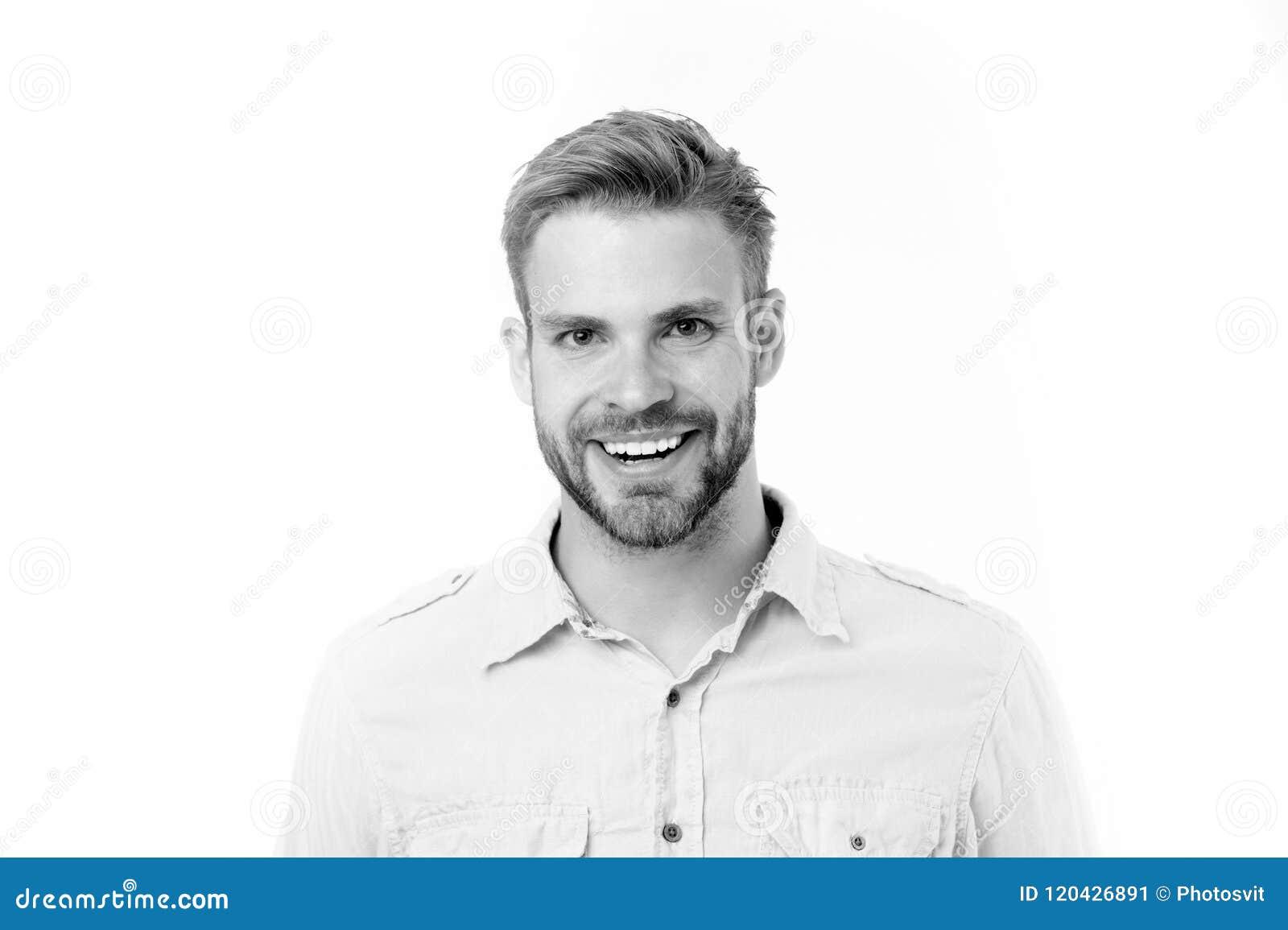 Lycklig man med skägget som isoleras på vit bakgrund Man med perfekt leende på orakad framsida Skäggigt och stiligt hud