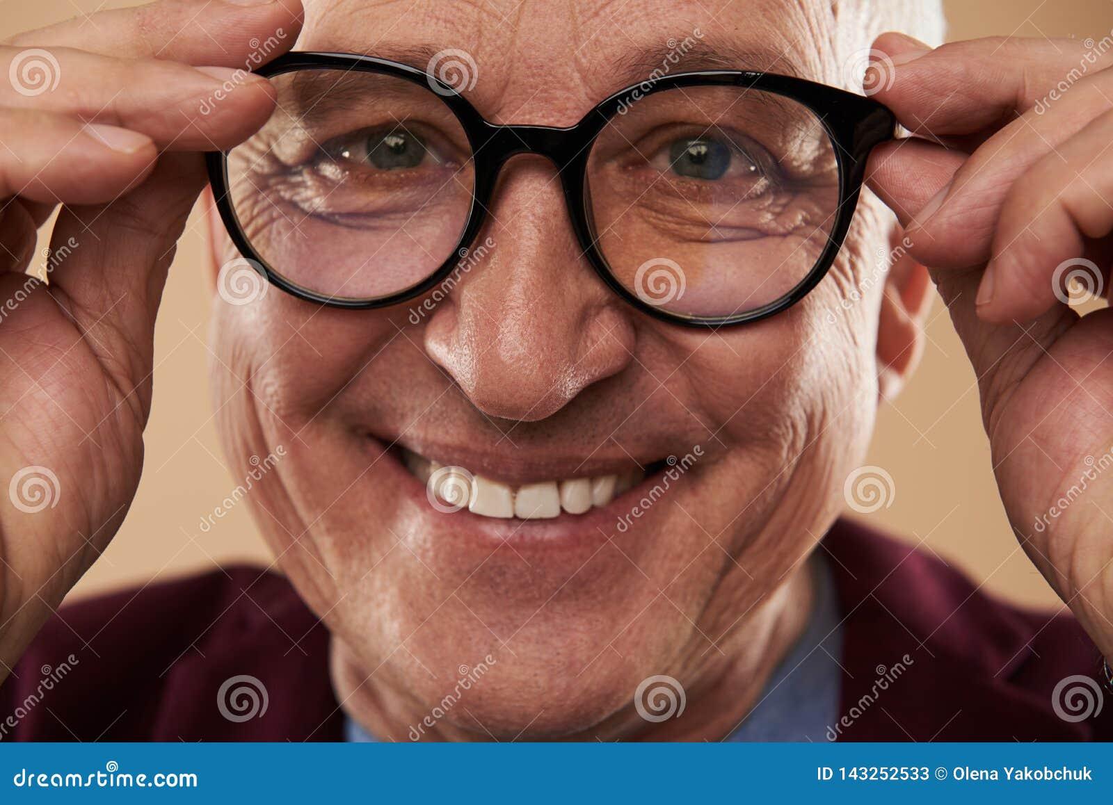 Lycklig man som ler med hans vita tänder, medan bära exponeringsglas