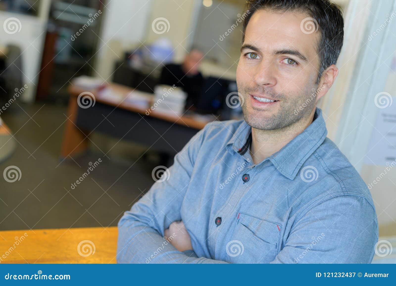 Lycklig manlig kontorsarbetare