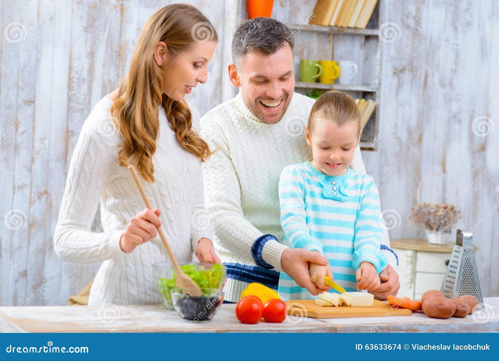 Lycklig matlagningfamilj tillsammans