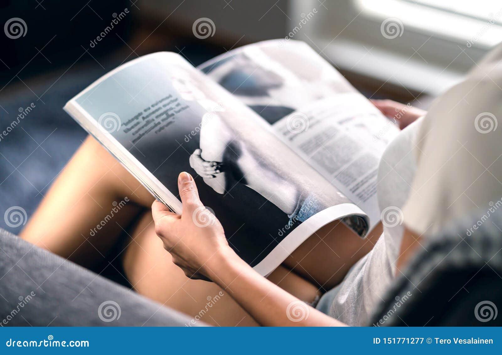 Lycklig millennial tidskrift för damläsningmode med senast skönhettrend- eller kändisnyheterna- och intervjuartiklar