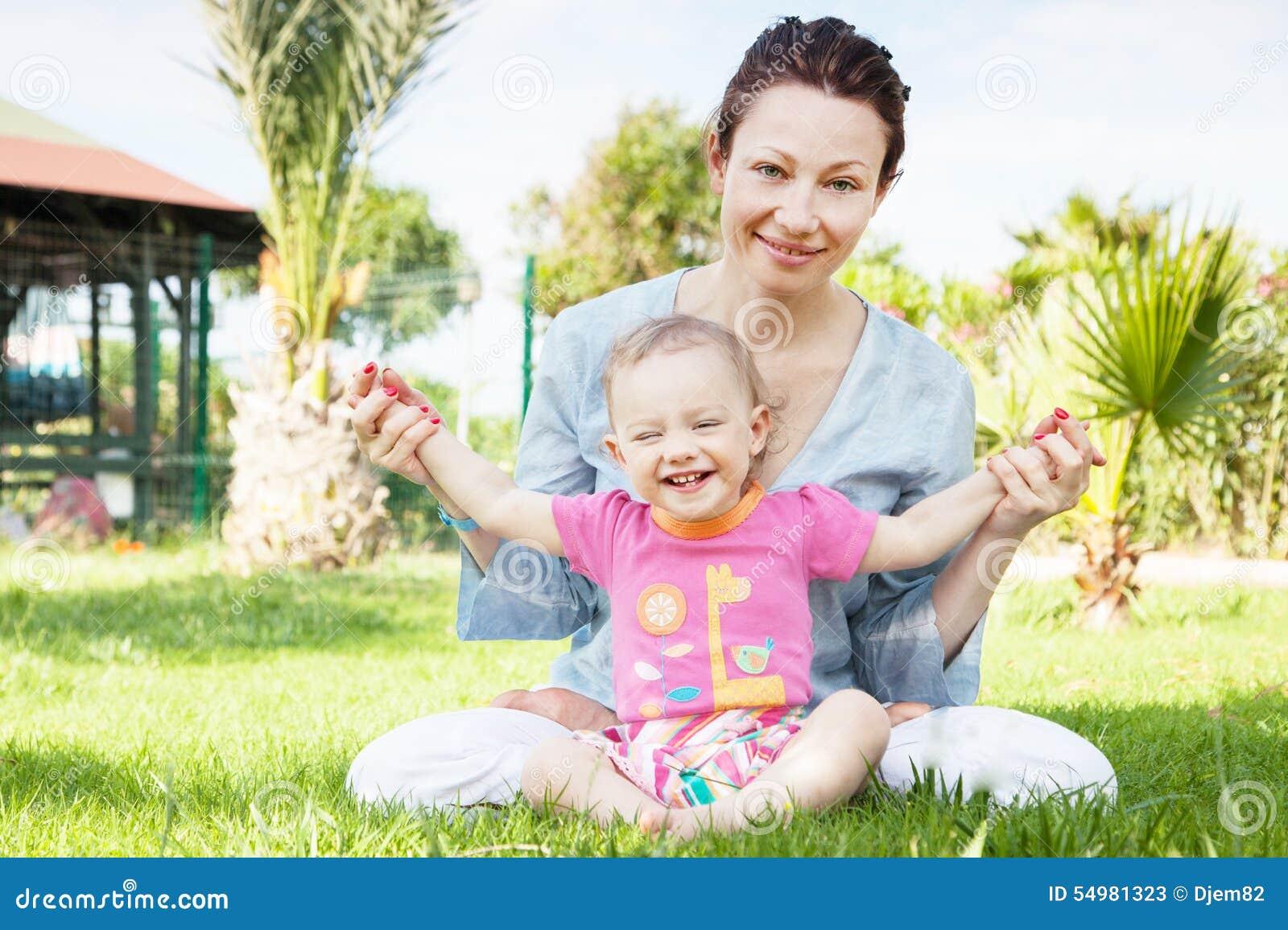Lycklig moder för dotter