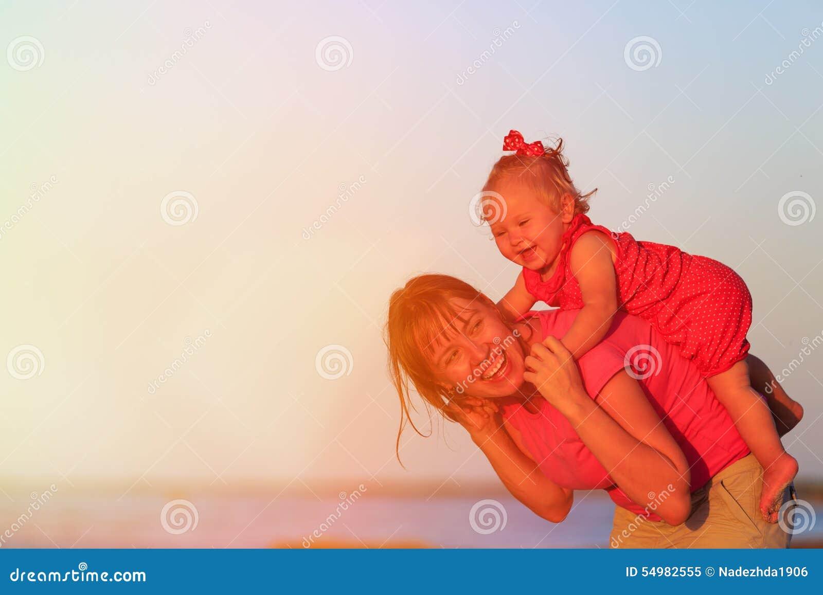 Lycklig moder och dotter på havssemester