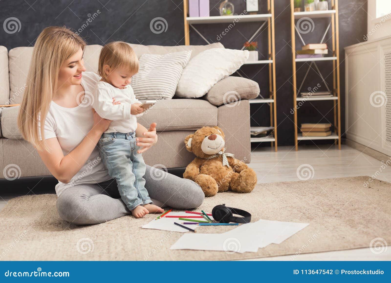 Lycklig moder som spenderar tid med hennes dotter