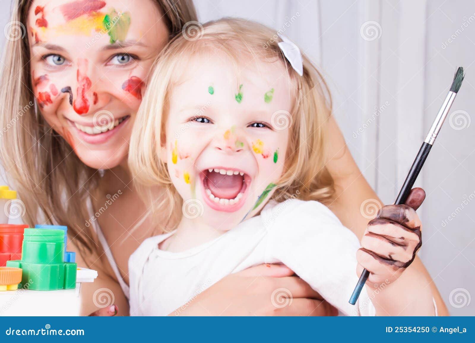 Lycklig modermålning för dotter