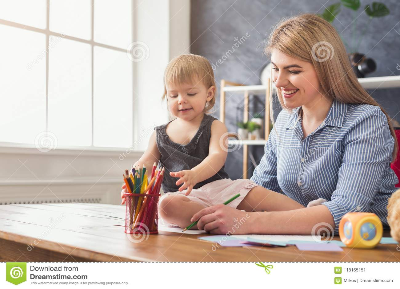 Lycklig moderteckning med hennes dotter