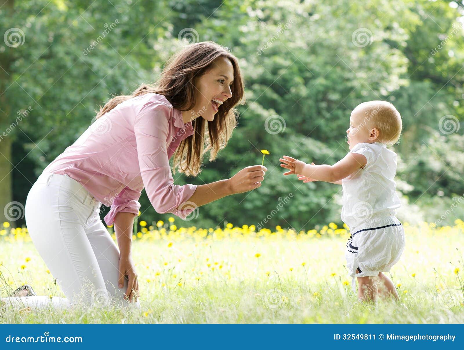 Lycklig moderundervisning behandla som ett barn för att gå i parkera