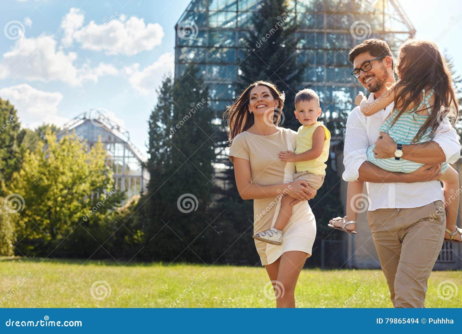 Lycklig natur för familj Härliga föräldrar och barn utomhus