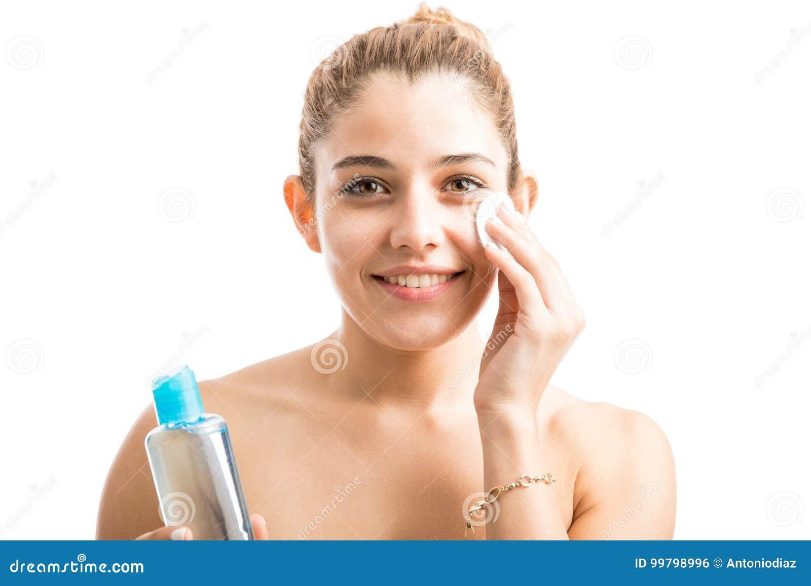 Lycklig omsorg henne hud som tar kvinnan