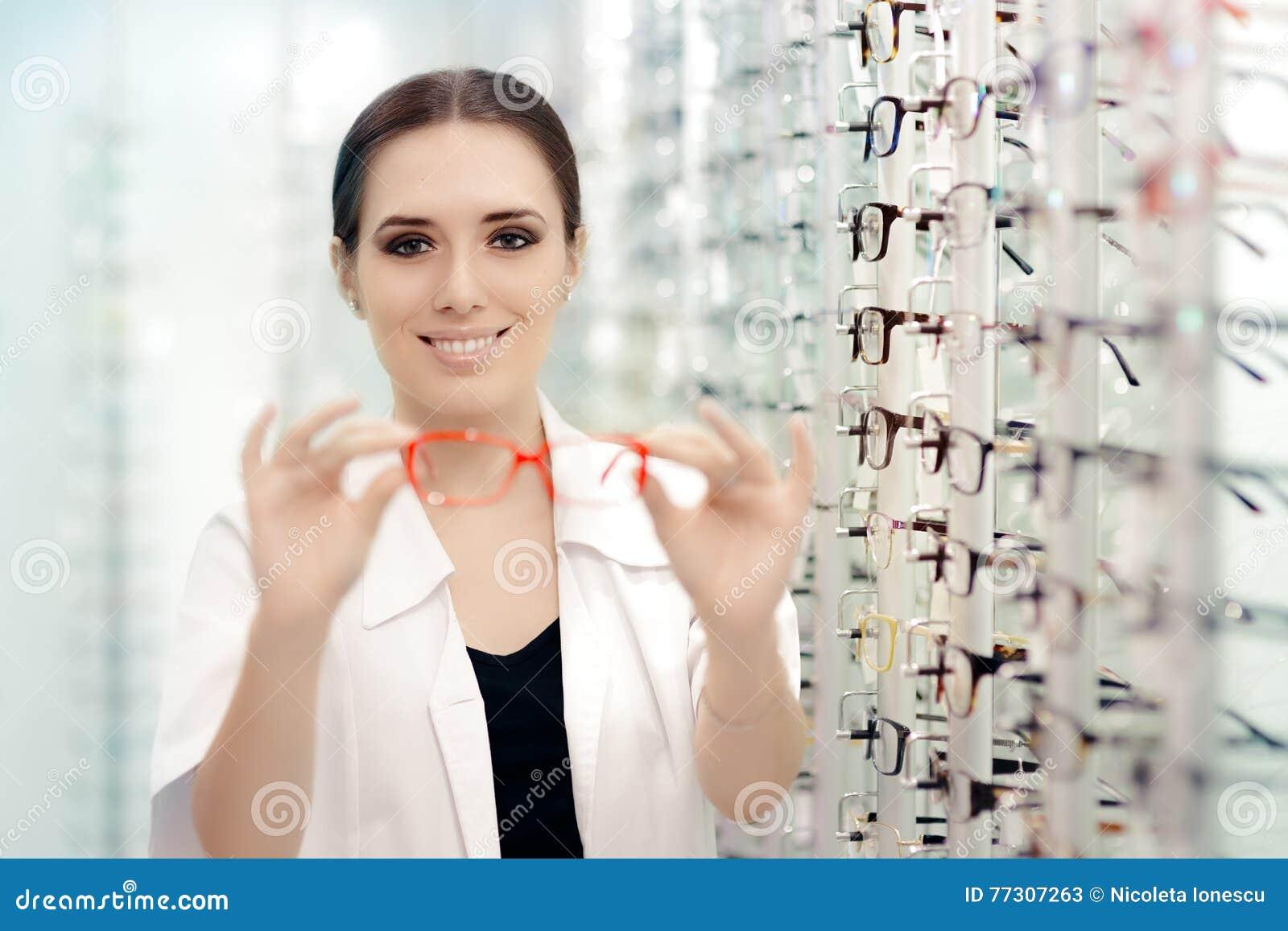Lycklig optiker Handing Over Eyeglasses för ett försök ut