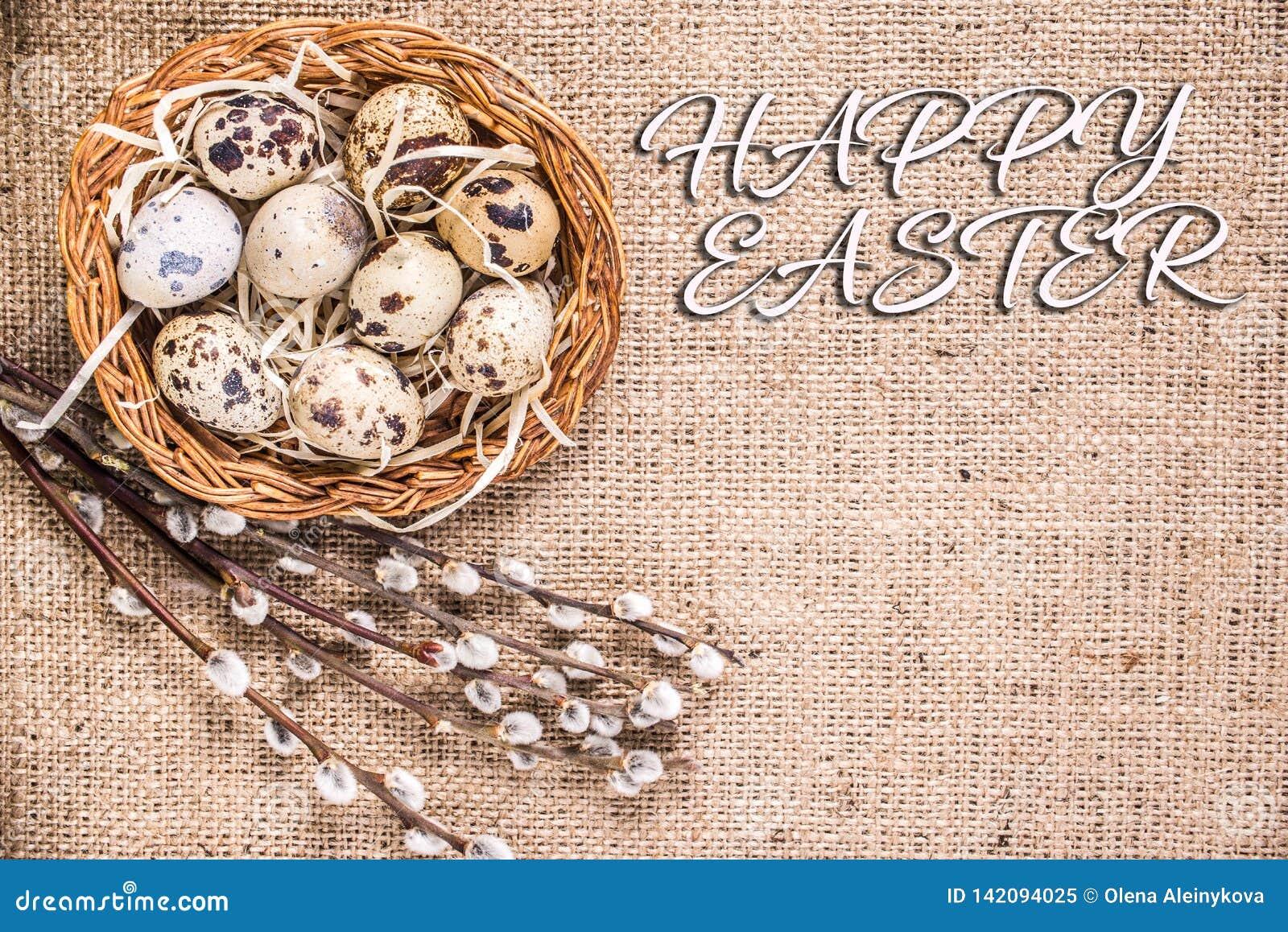 Lycklig påskbakgrund med ägg i en korg och enpil