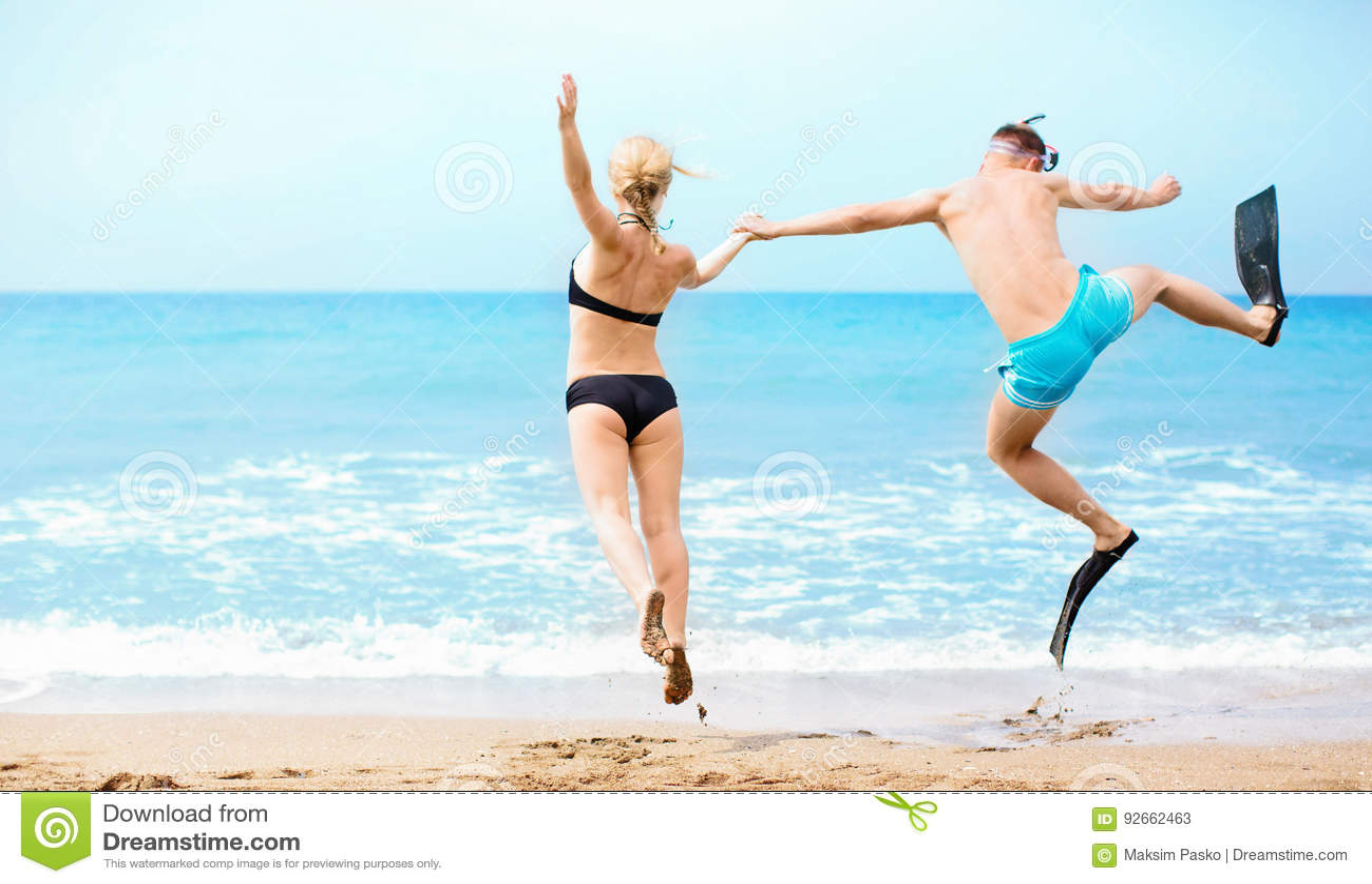 Lycklig parbanhoppning i havet