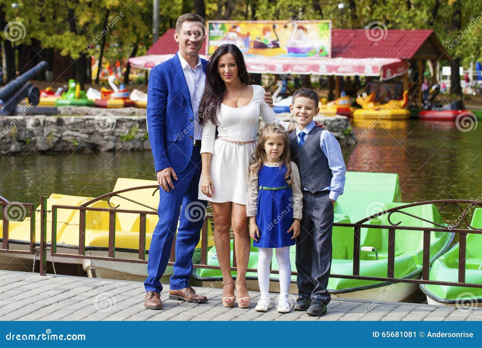 Lycklig park för höstfamilj