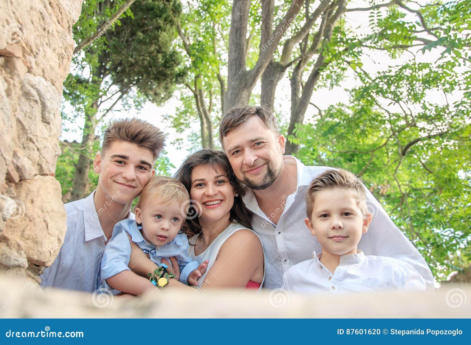 Lycklig parkstående för familj Familjbegrepp