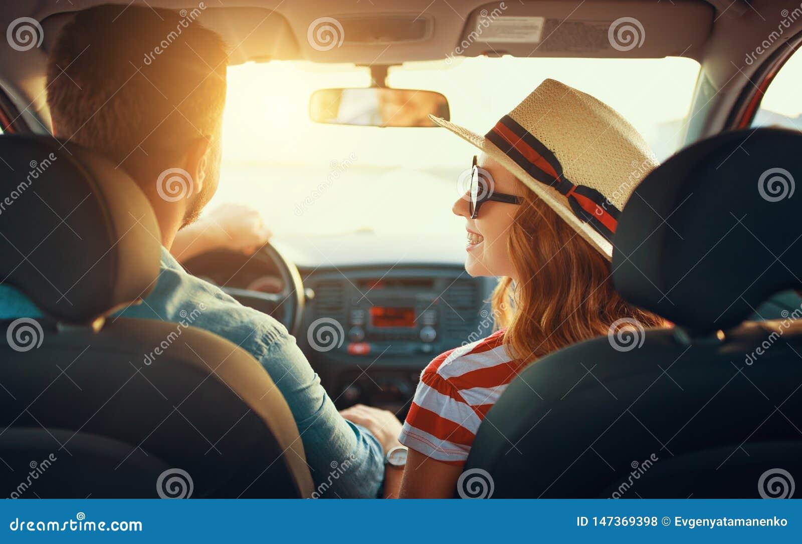 Lycklig parman och kvinna i bil som reser i sommar