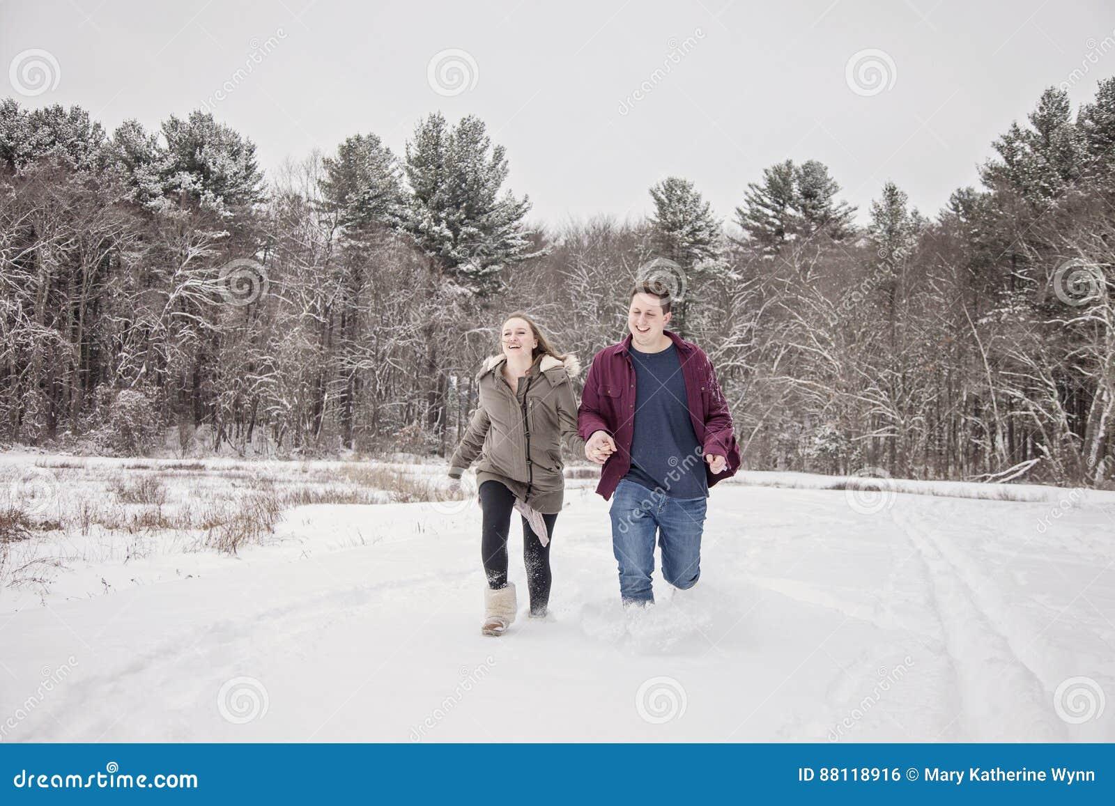 Lycklig parspring i snö