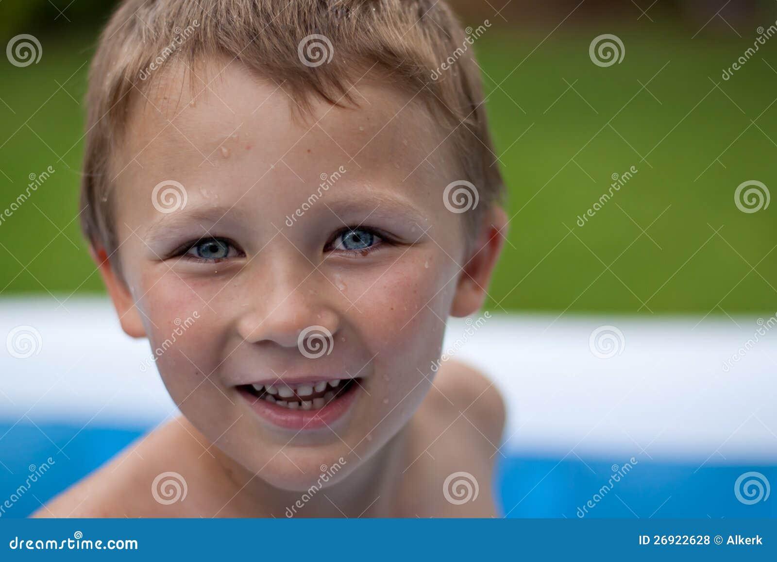 Lycklig pojke i simbassäng
