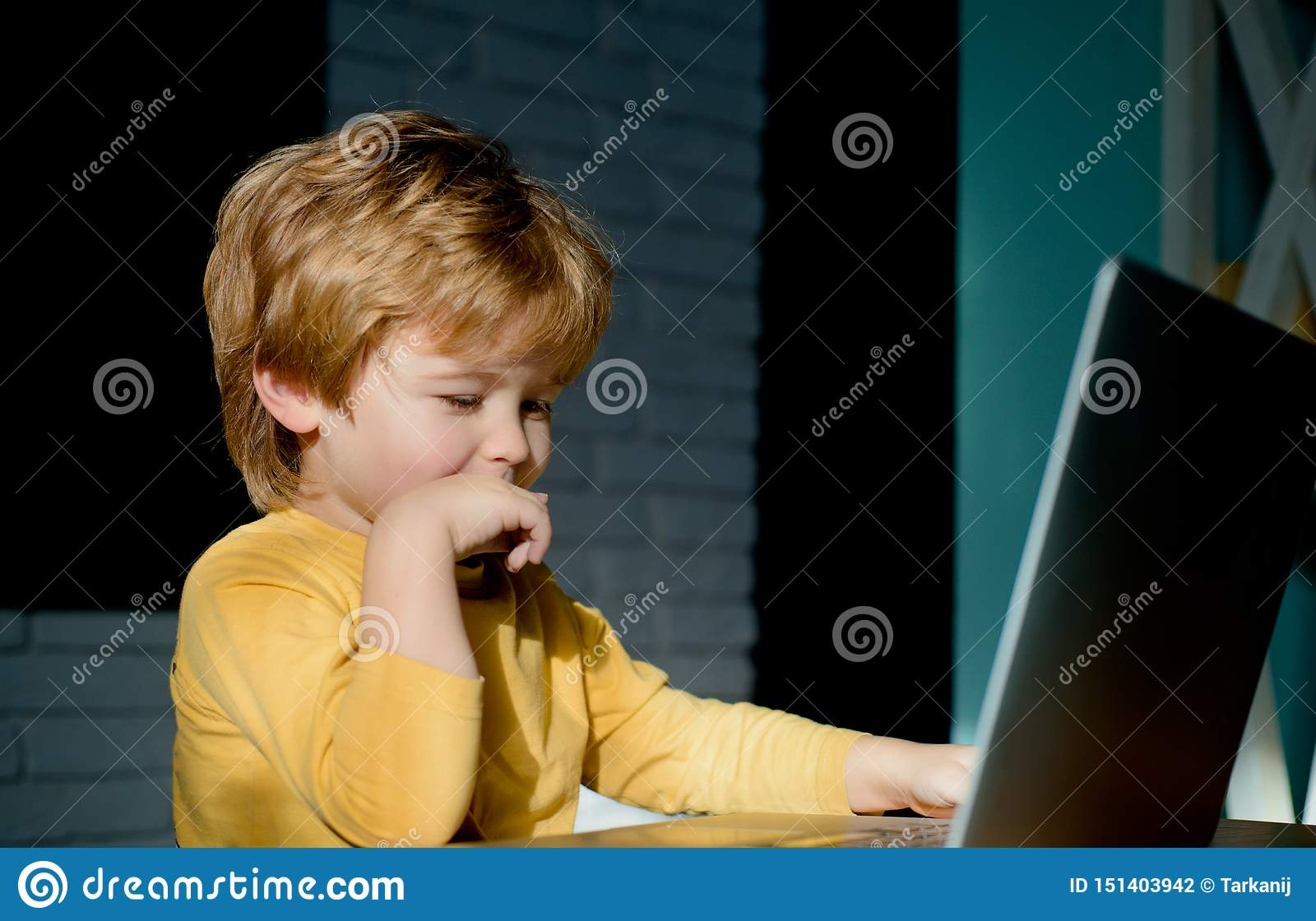 Lycklig pojke som sitter med bärbar datordatoren Prata överensstämmelse Online-kommunikation faktiska v?nner Internet
