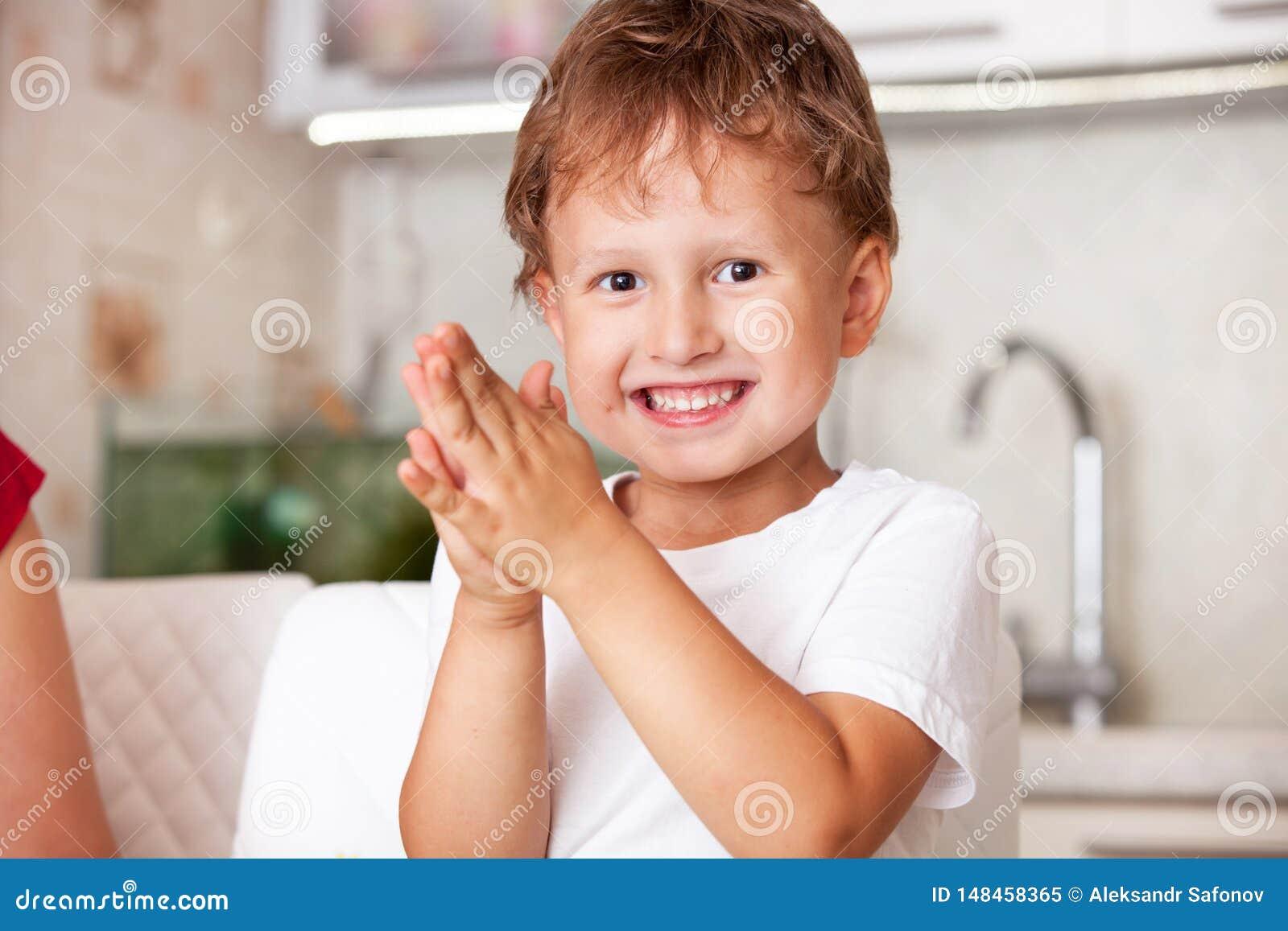Lycklig pojke som spelar med plasticine