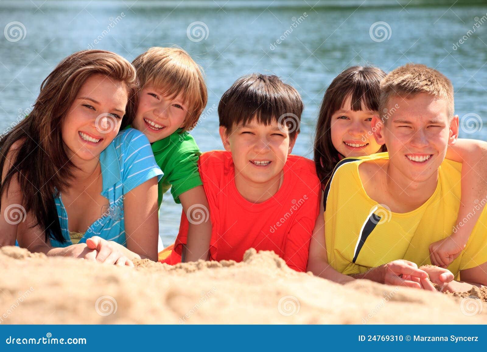 Lycklig sand för strandbarn