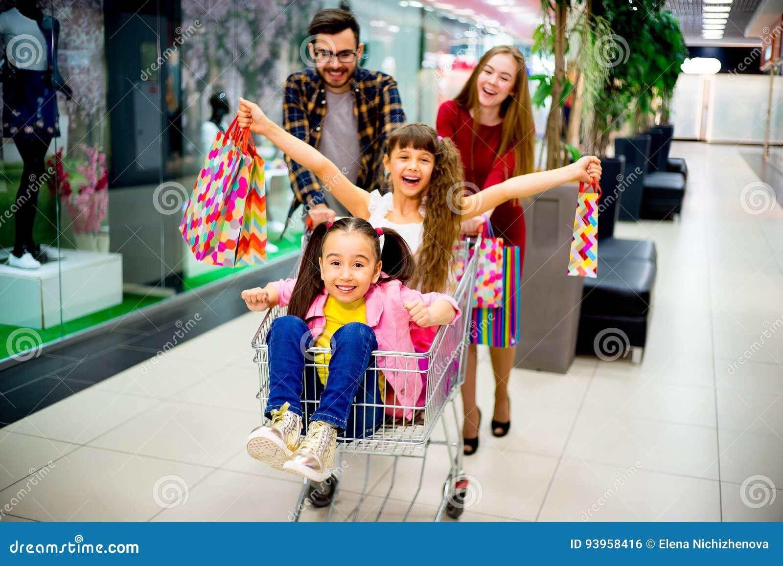 Lycklig shopping för familj
