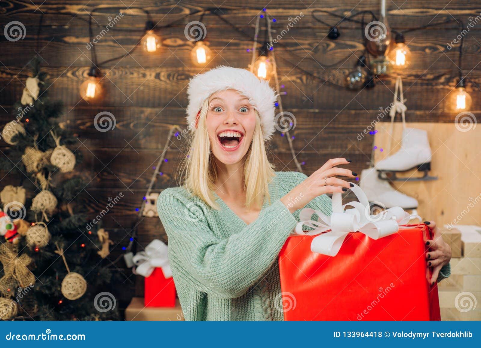 Lycklig sinnesrörelse eufori Galen festlig framsida Le kvinnan som hemma dekorerar julgranen December överraskning och