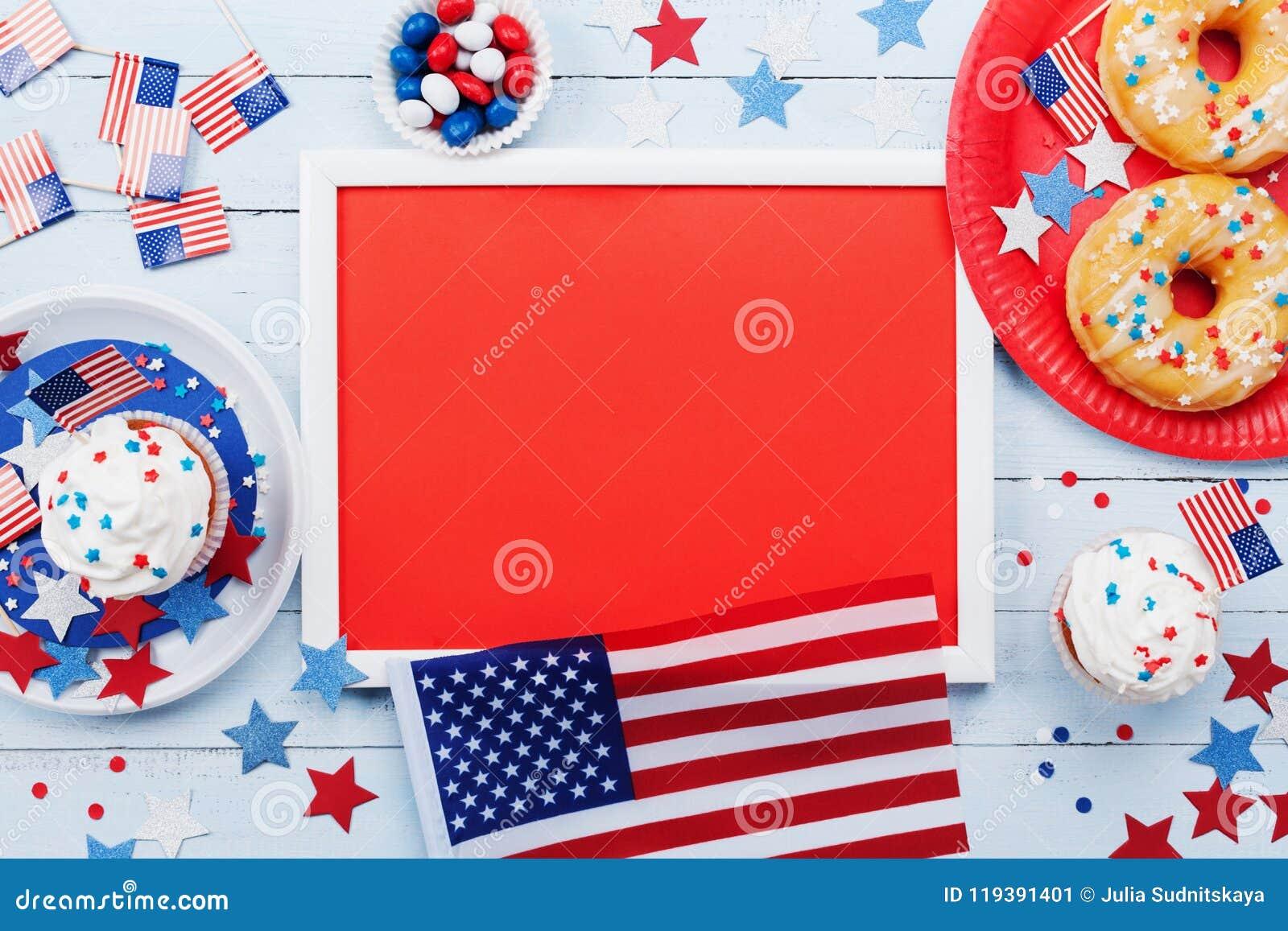 Lycklig självständighetsdagen4th juli modell med amerikanska flaggan och söta foods som dekoreras med stjärnor och konfettier Top