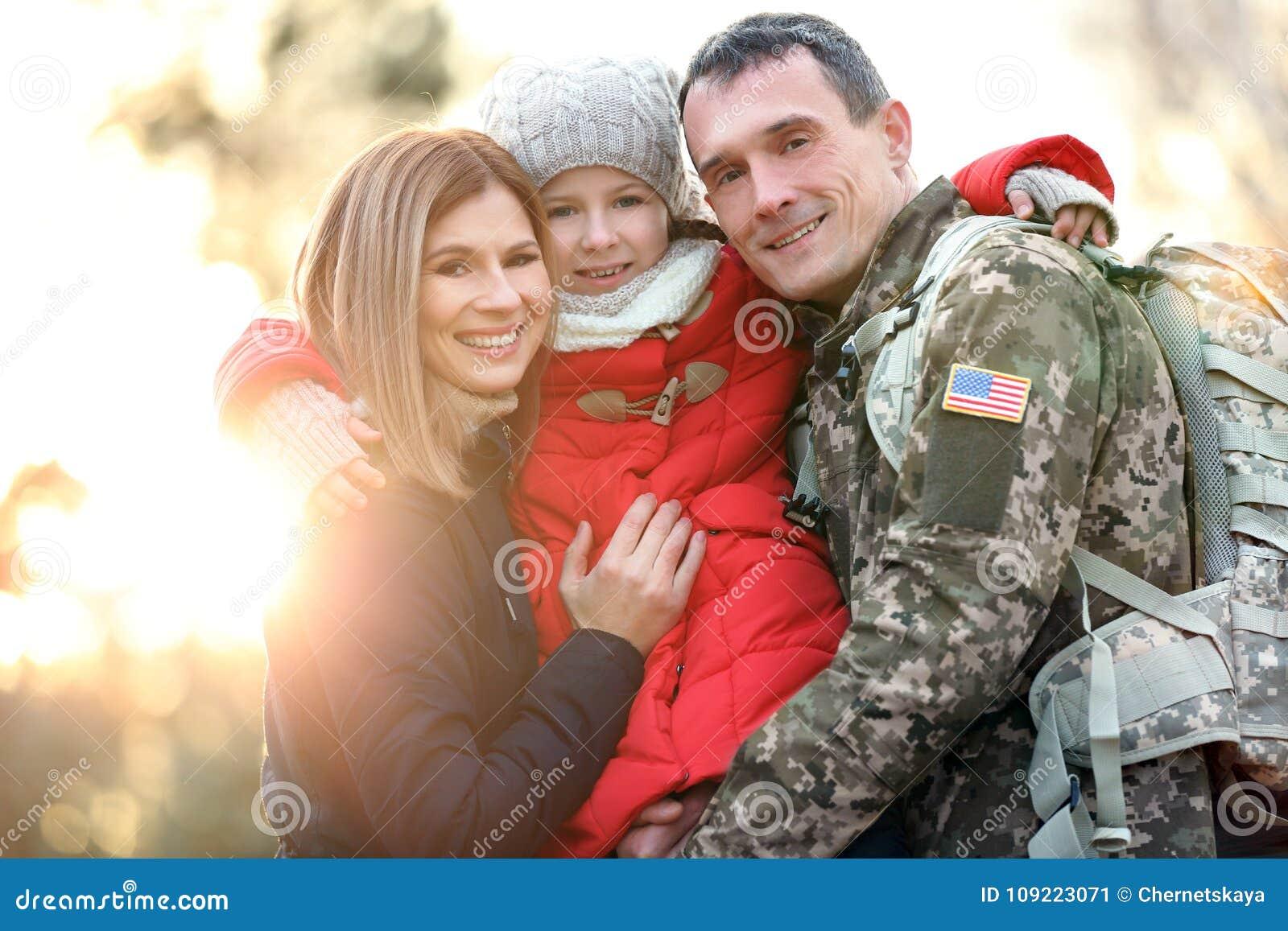 Lycklig soldat med familjen