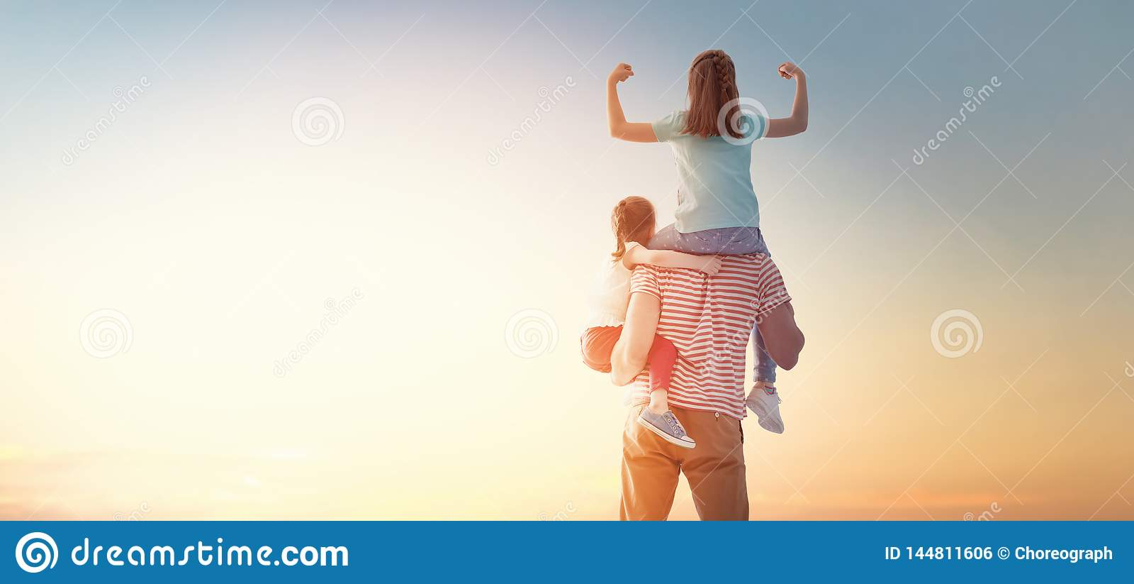 Lycklig solnedg?ng f?r familj
