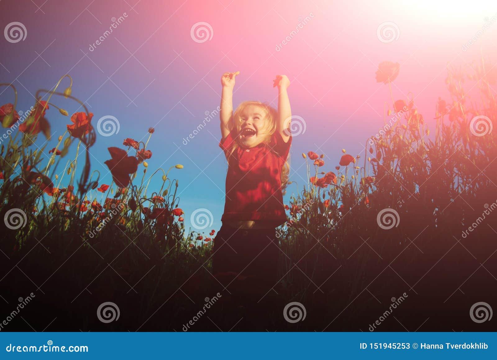 Lycklig sommar Rolig släkting i vallmofält Lyckligt barn p? naturbakgrund solig dag perfect v?der