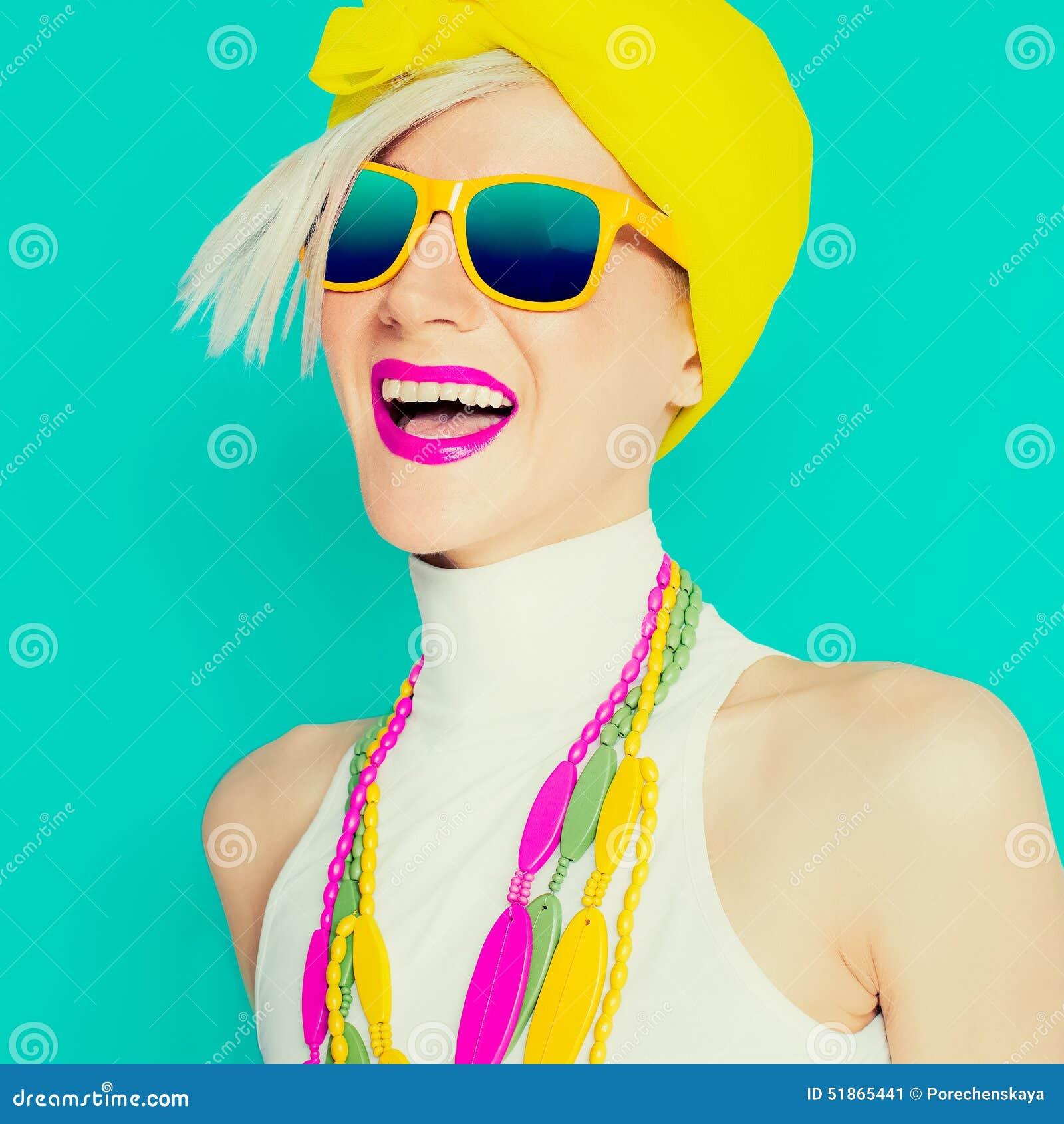 Lycklig sommarflicka i moderiktig ljus tillbehör
