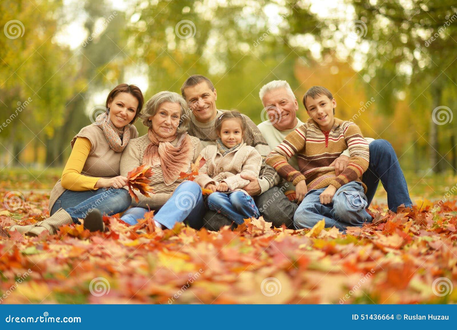 Lycklig stående för familj