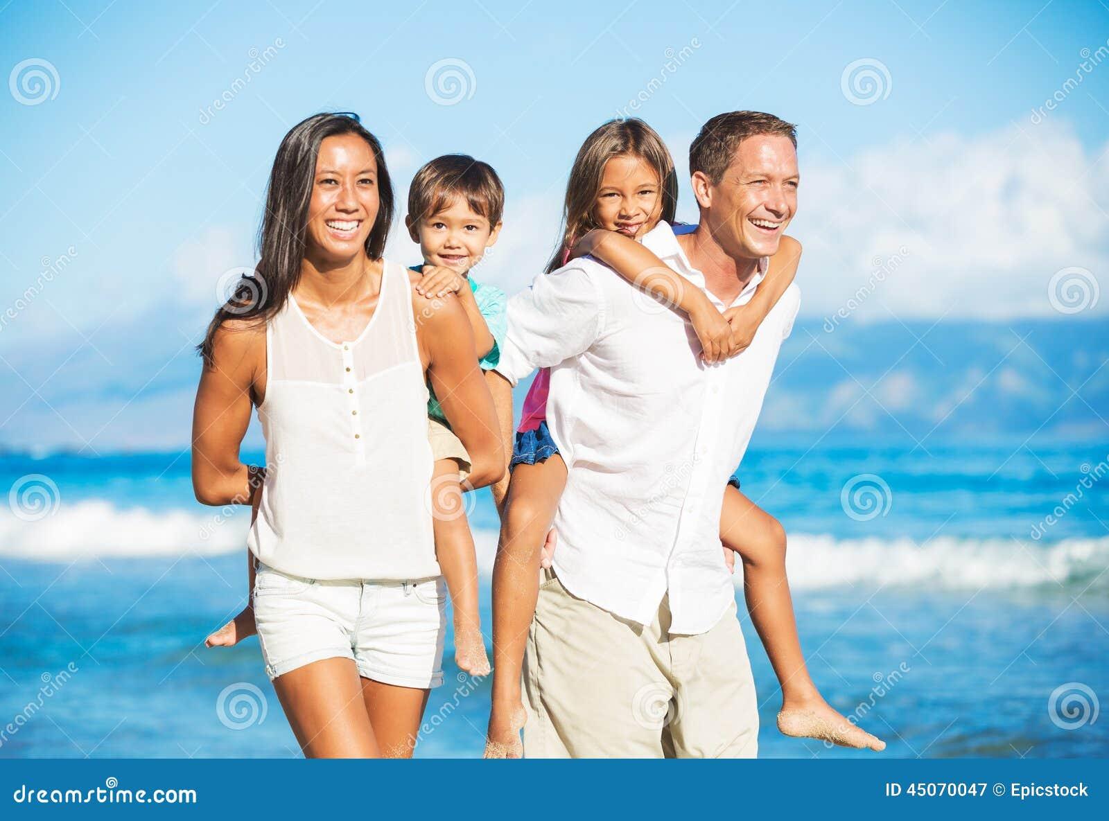 Lycklig strandfamilj