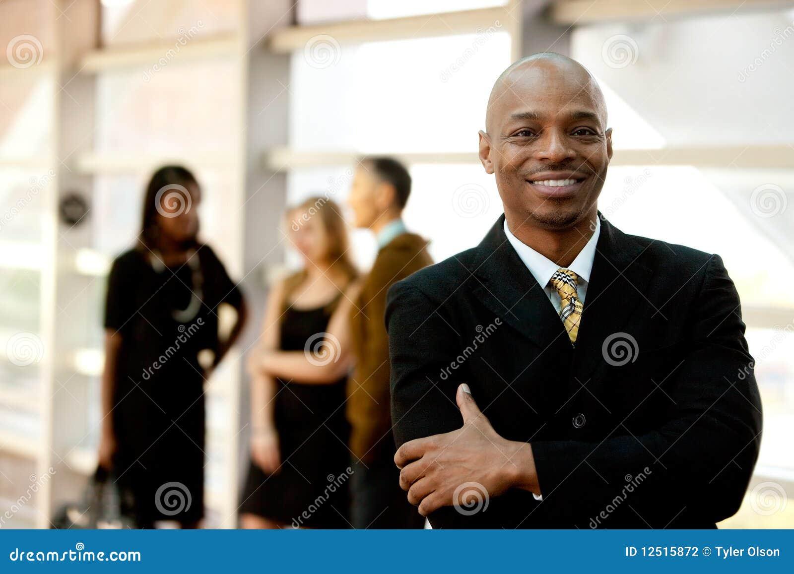Lycklig svart affärsman