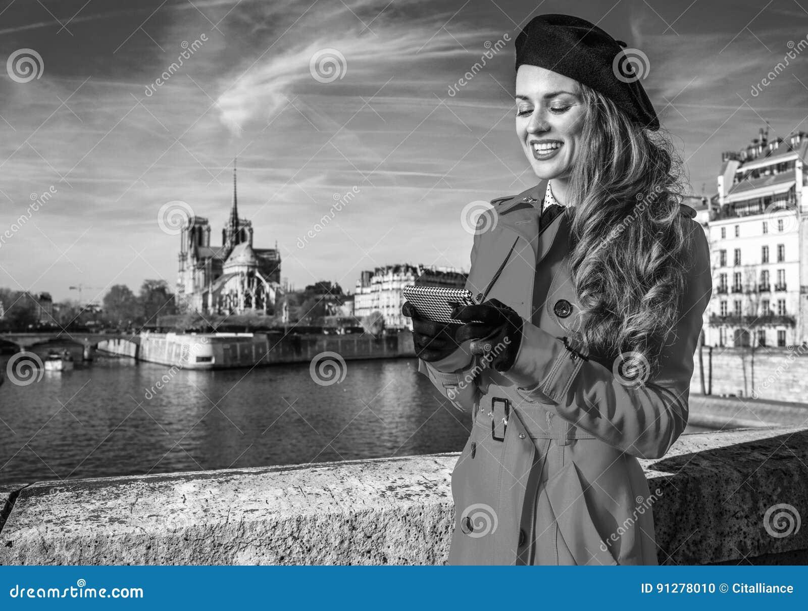 Lycklig turist- kvinna på invallning i Paris handstilsms