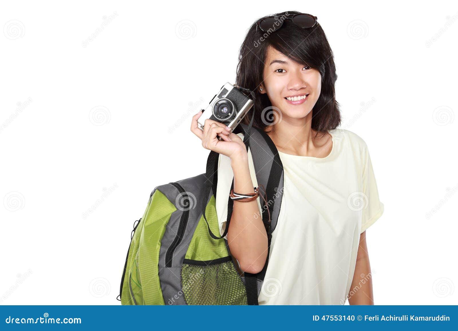 Lycklig ung flicka med tappningkameran som går på semester