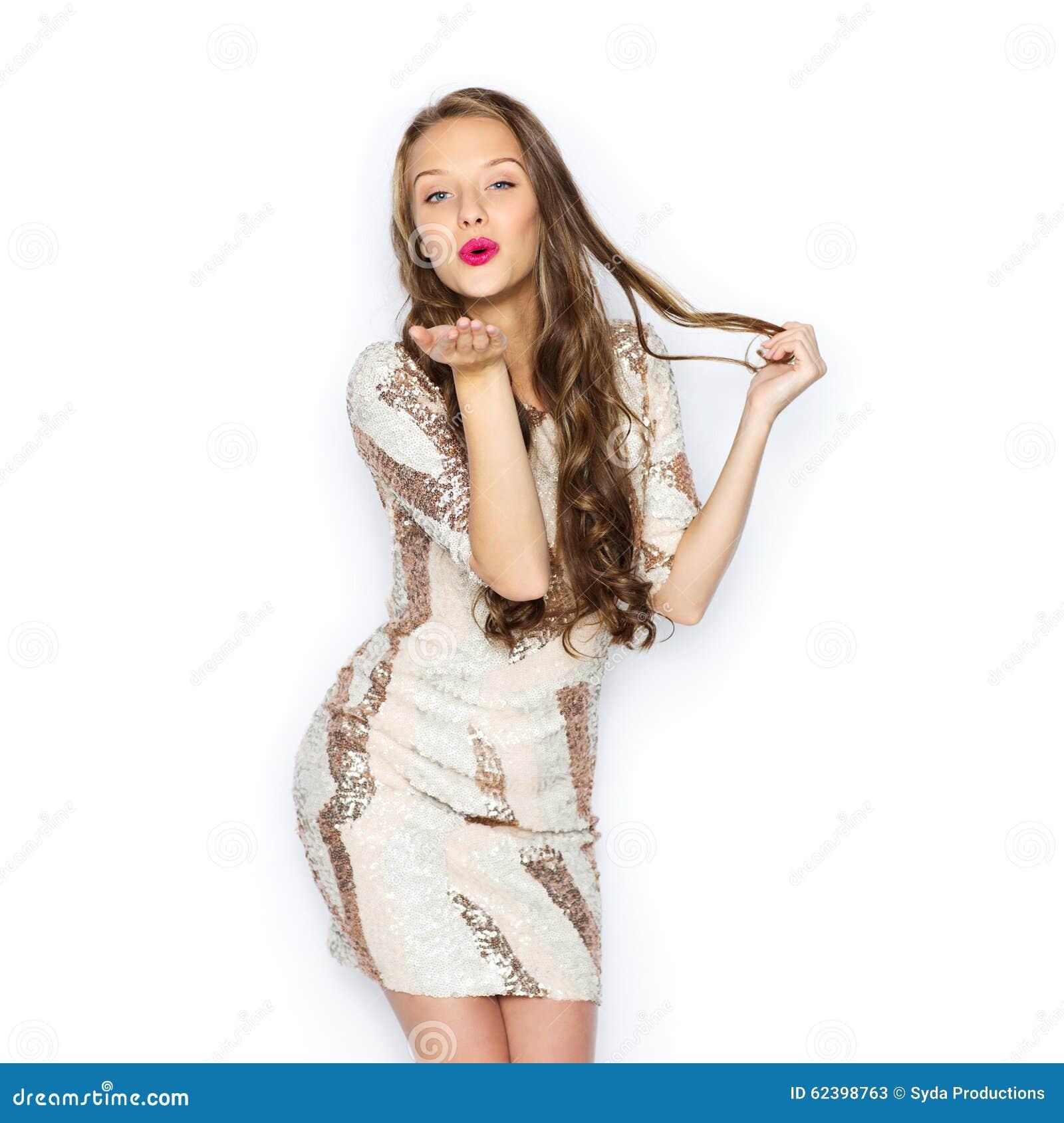 Lycklig ung kvinna eller tonårig flicka i maskeradkläder