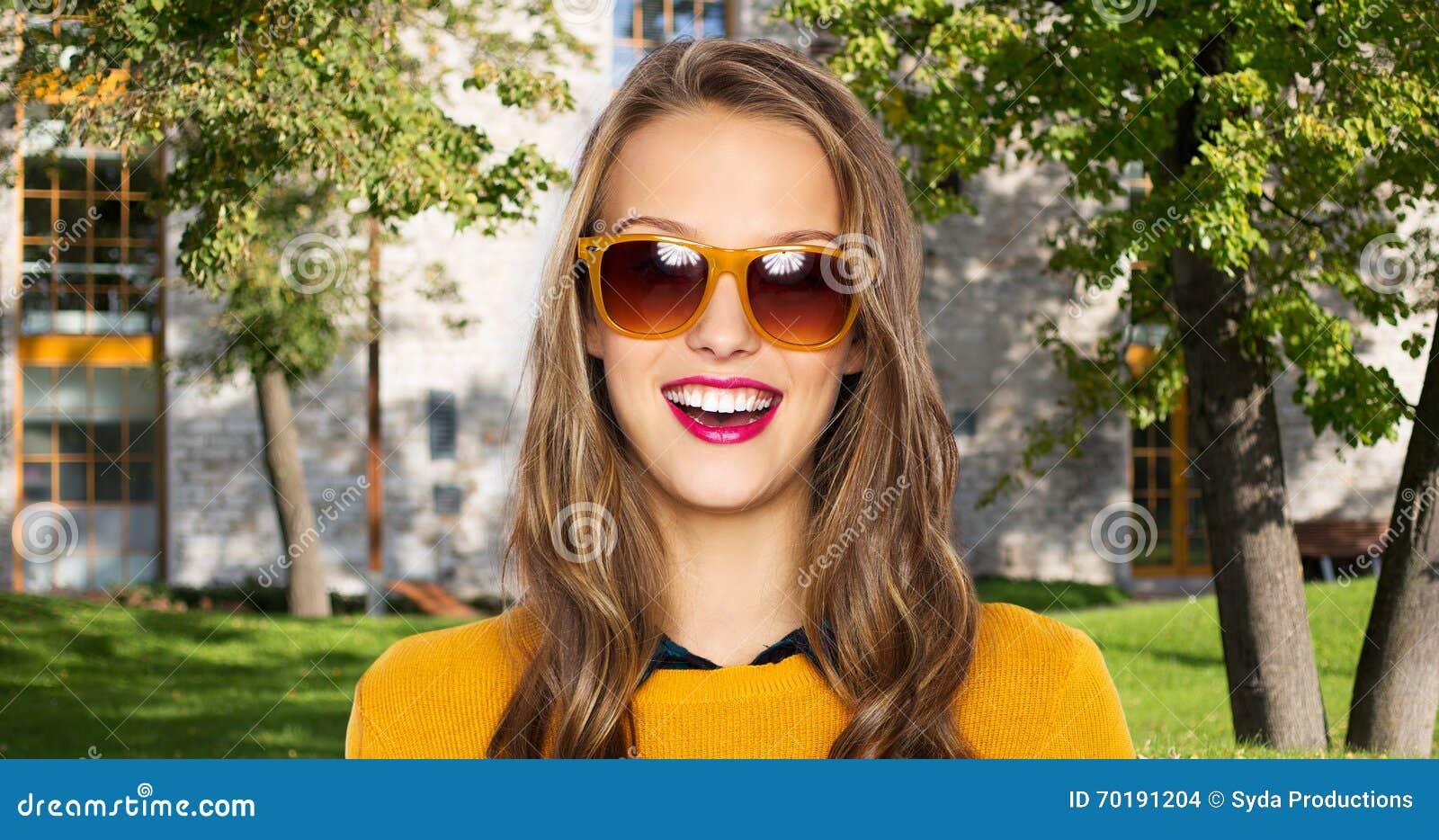 Lycklig ung kvinna eller tonårig flicka i tillfällig kläder