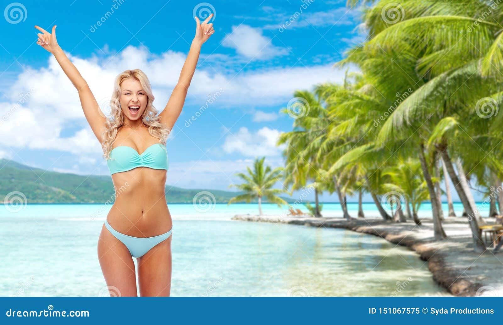 Lycklig ung kvinna i bikinin som g?r n?vepumpen