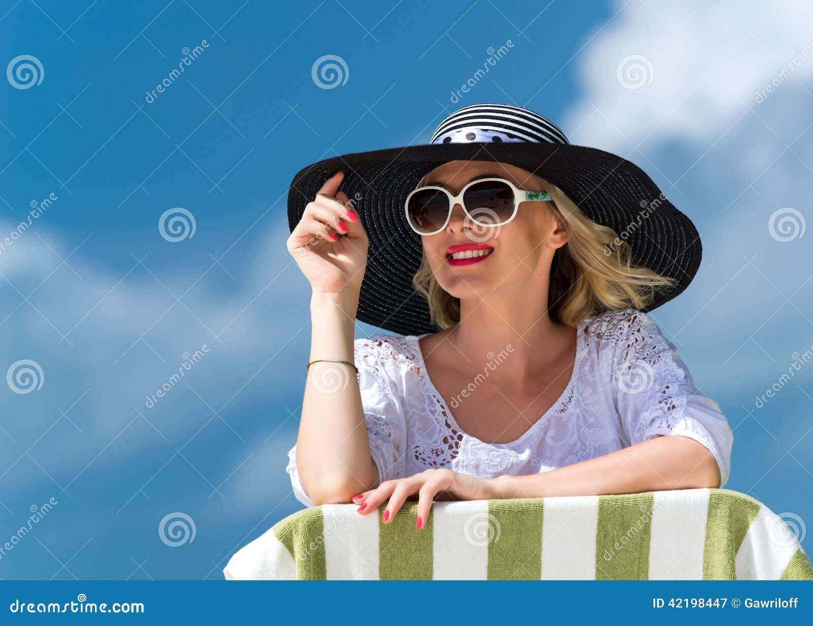 Lycklig ung kvinna på stranden, den utomhus- ståenden för härlig kvinnlig framsida, den avslappnande yttersidan för nätt sund fli