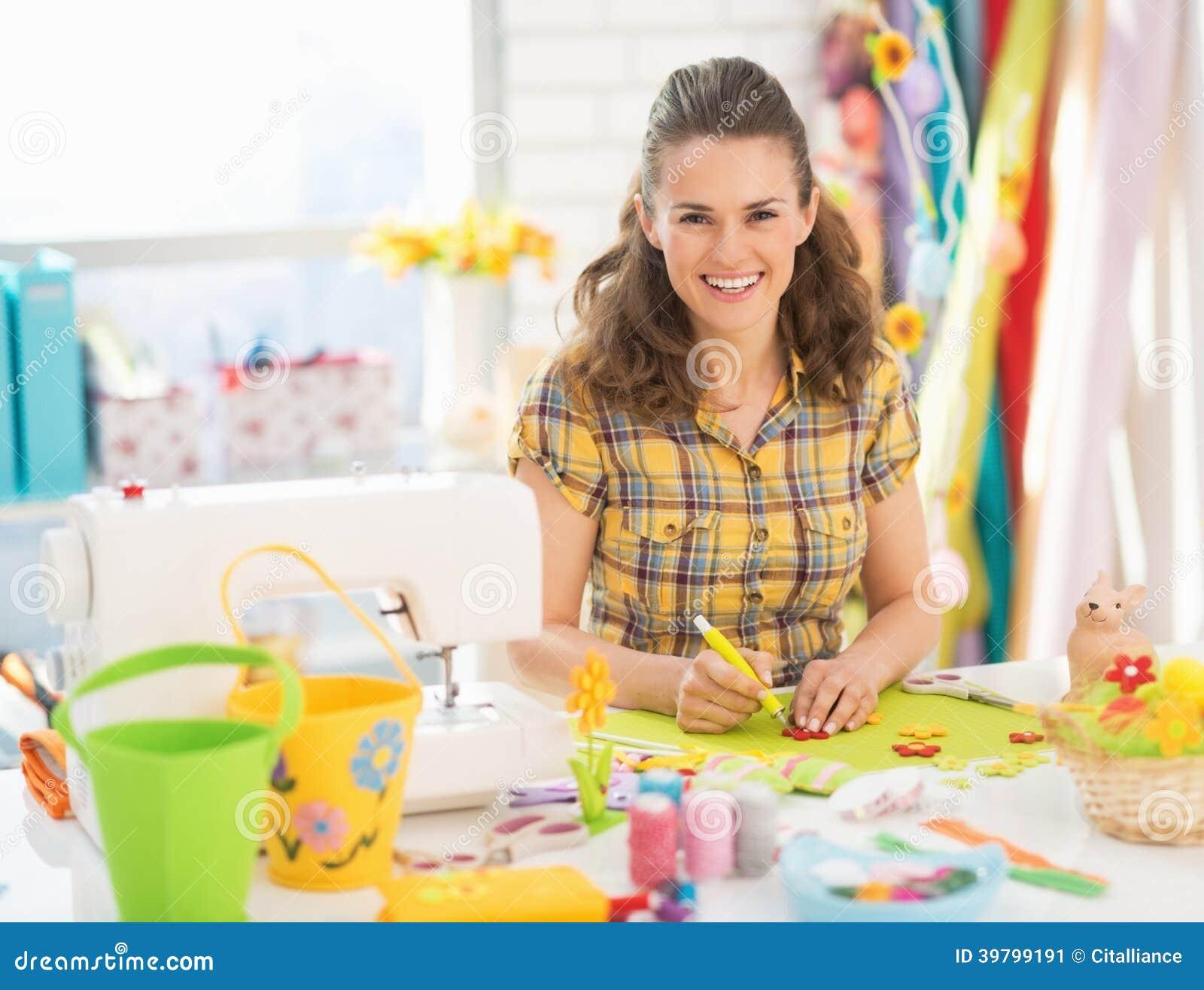Lycklig ung kvinna som gör easter garnering