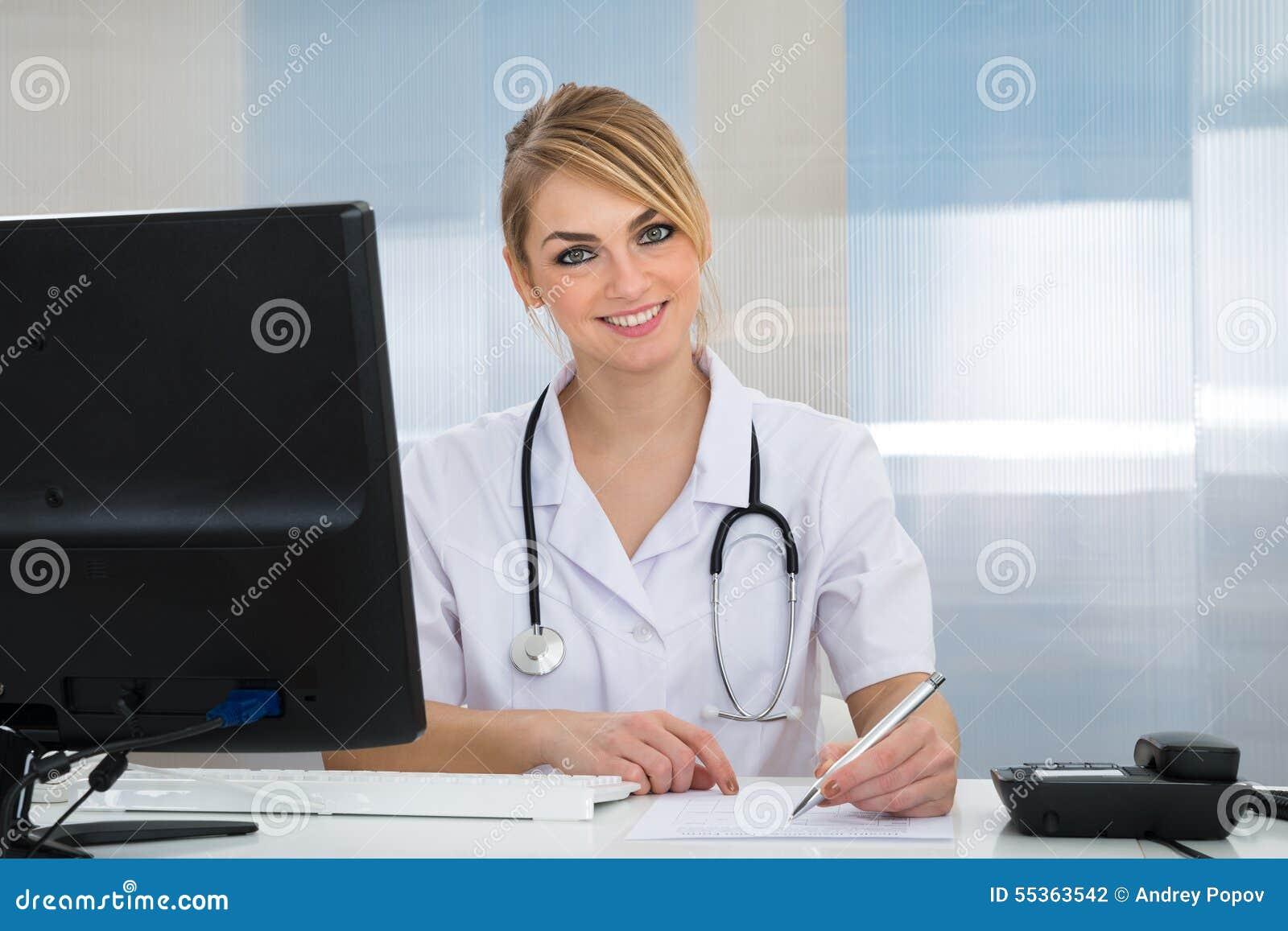 Lycklig ung kvinnlig doktor
