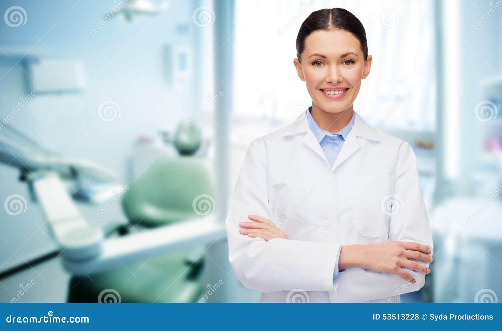 Lycklig ung kvinnlig tandläkare med hjälpmedel