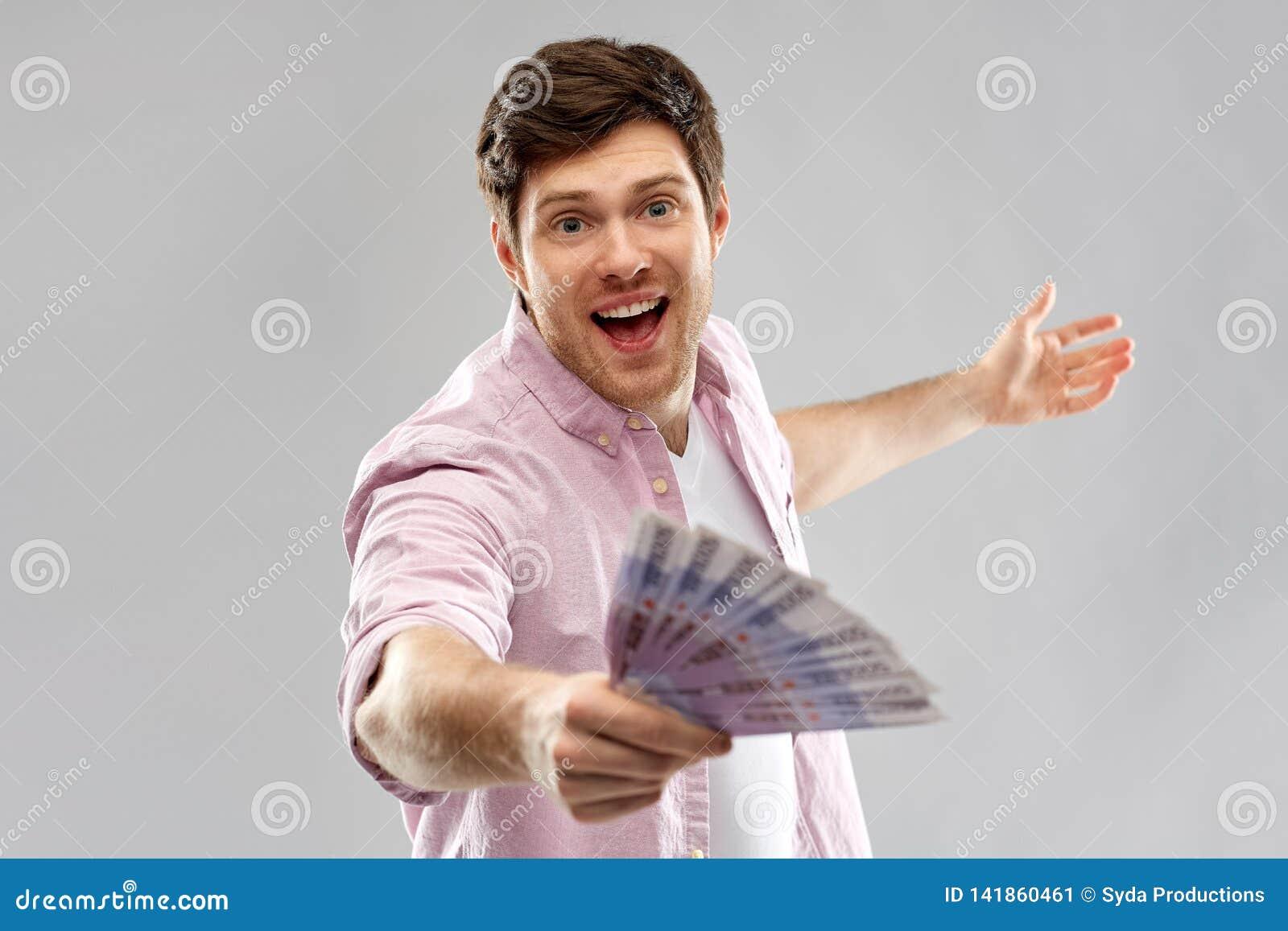 Lycklig ung man med fanen av europengar