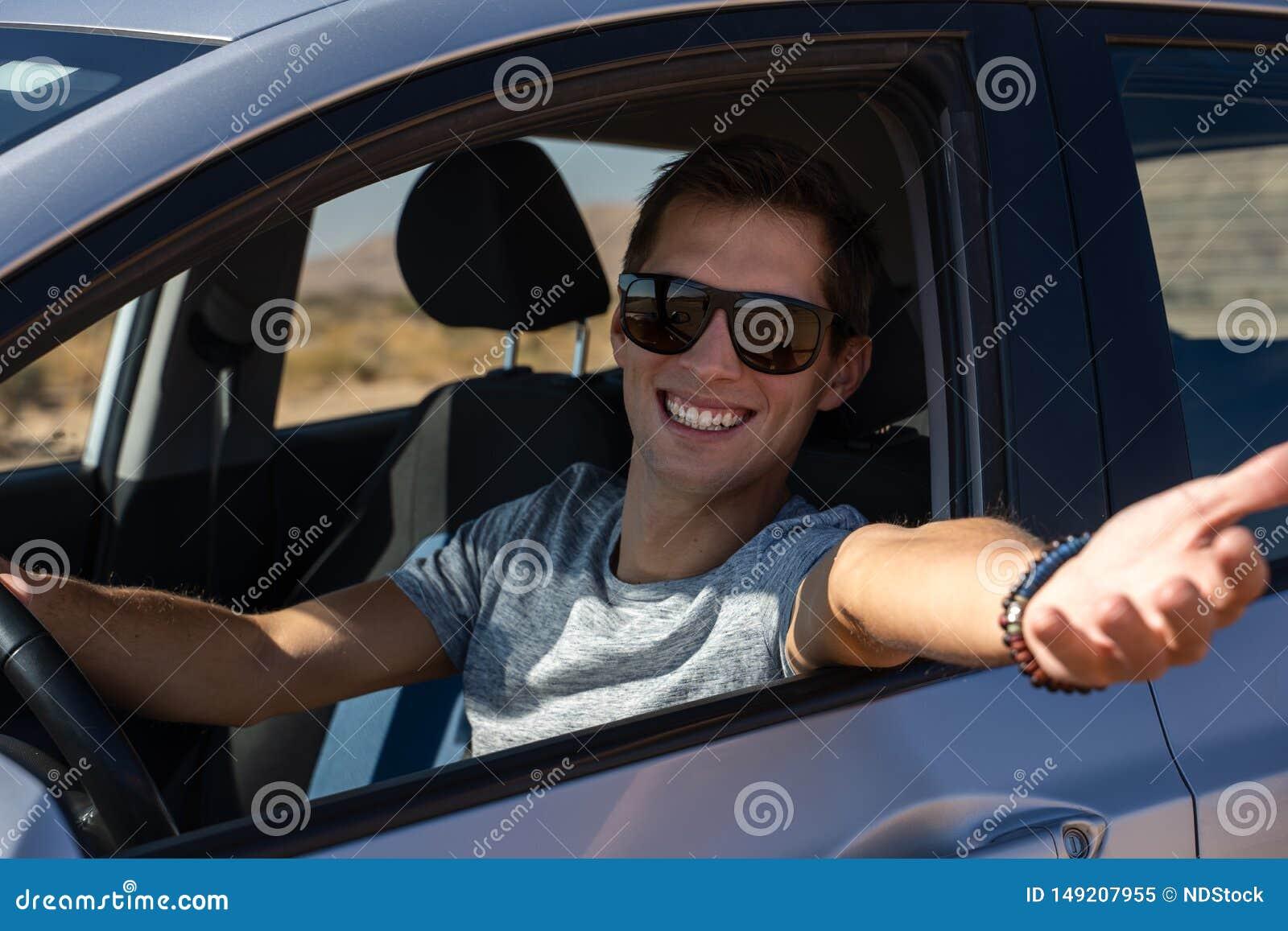 Lycklig ung man som k?r en hyrd bil i ?knen av Israel