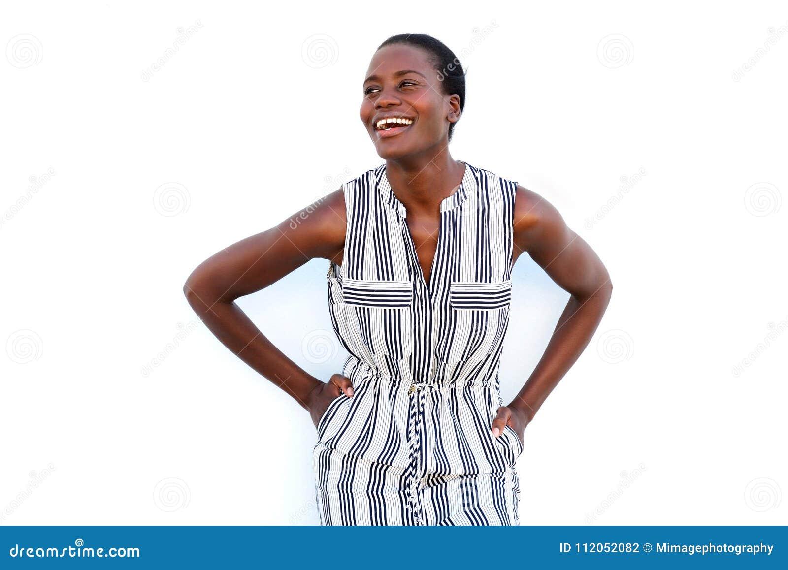 Lycklig ung svart kvinna som ler på vit bakgrund
