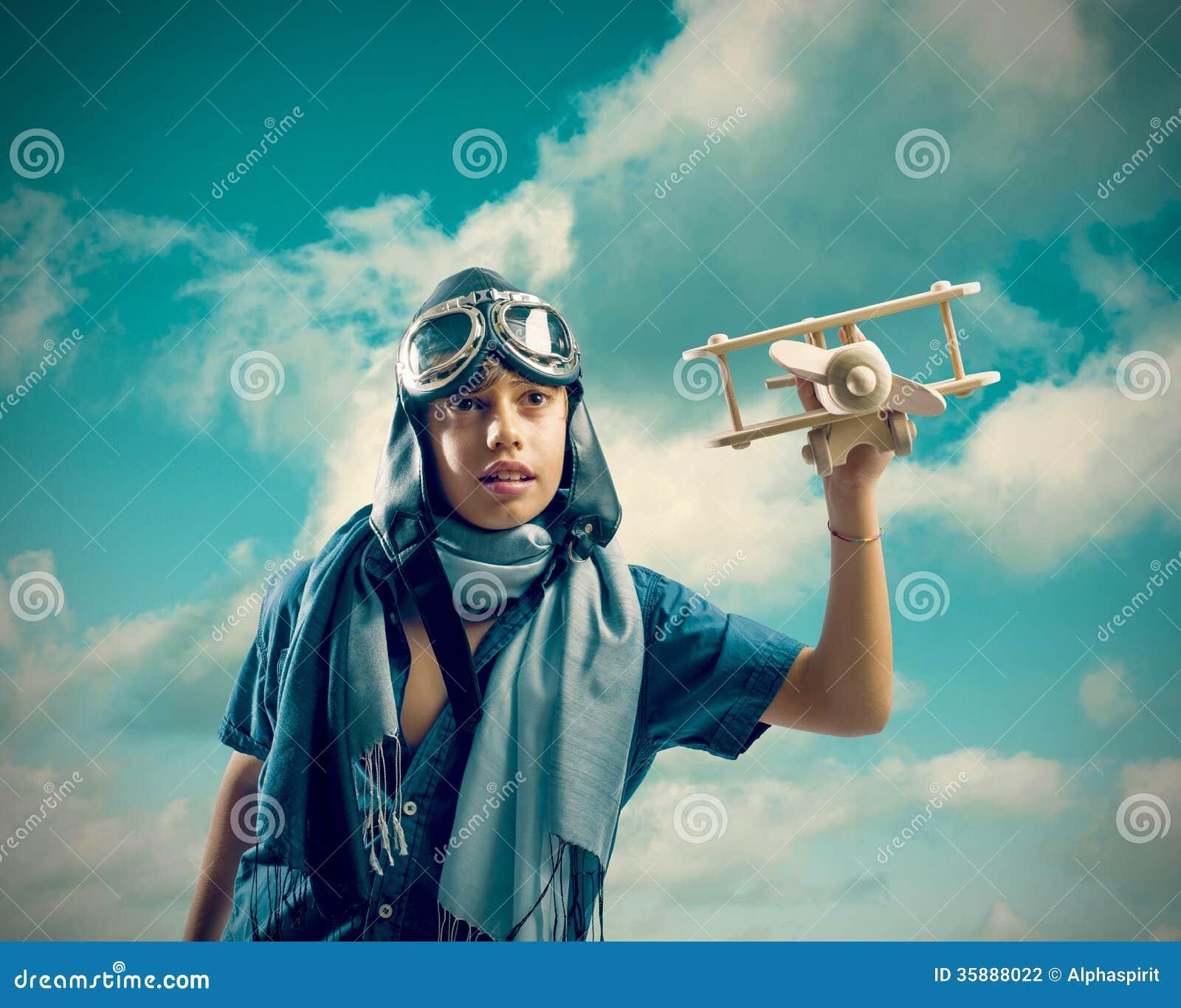 Lycklig unge som spelar med leksakflygplanet