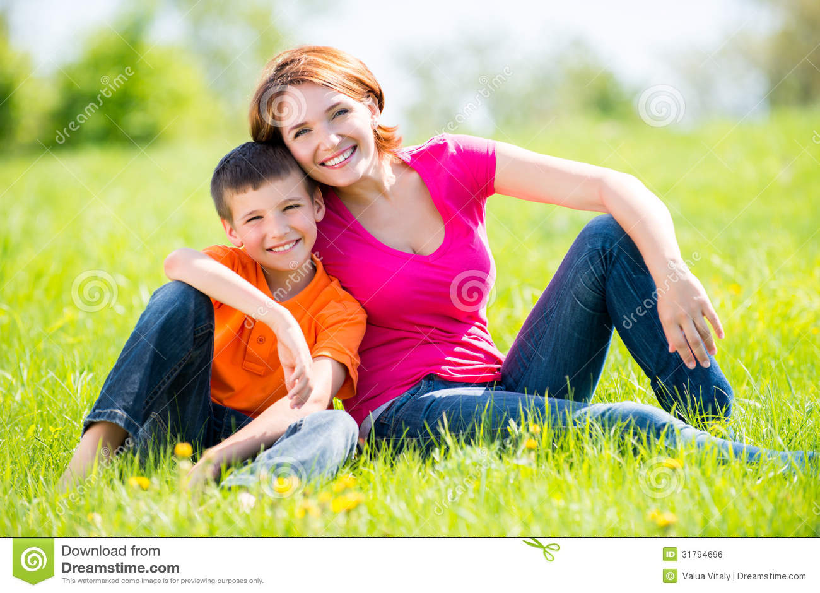 Lycklig utomhus- stående för moder och för son
