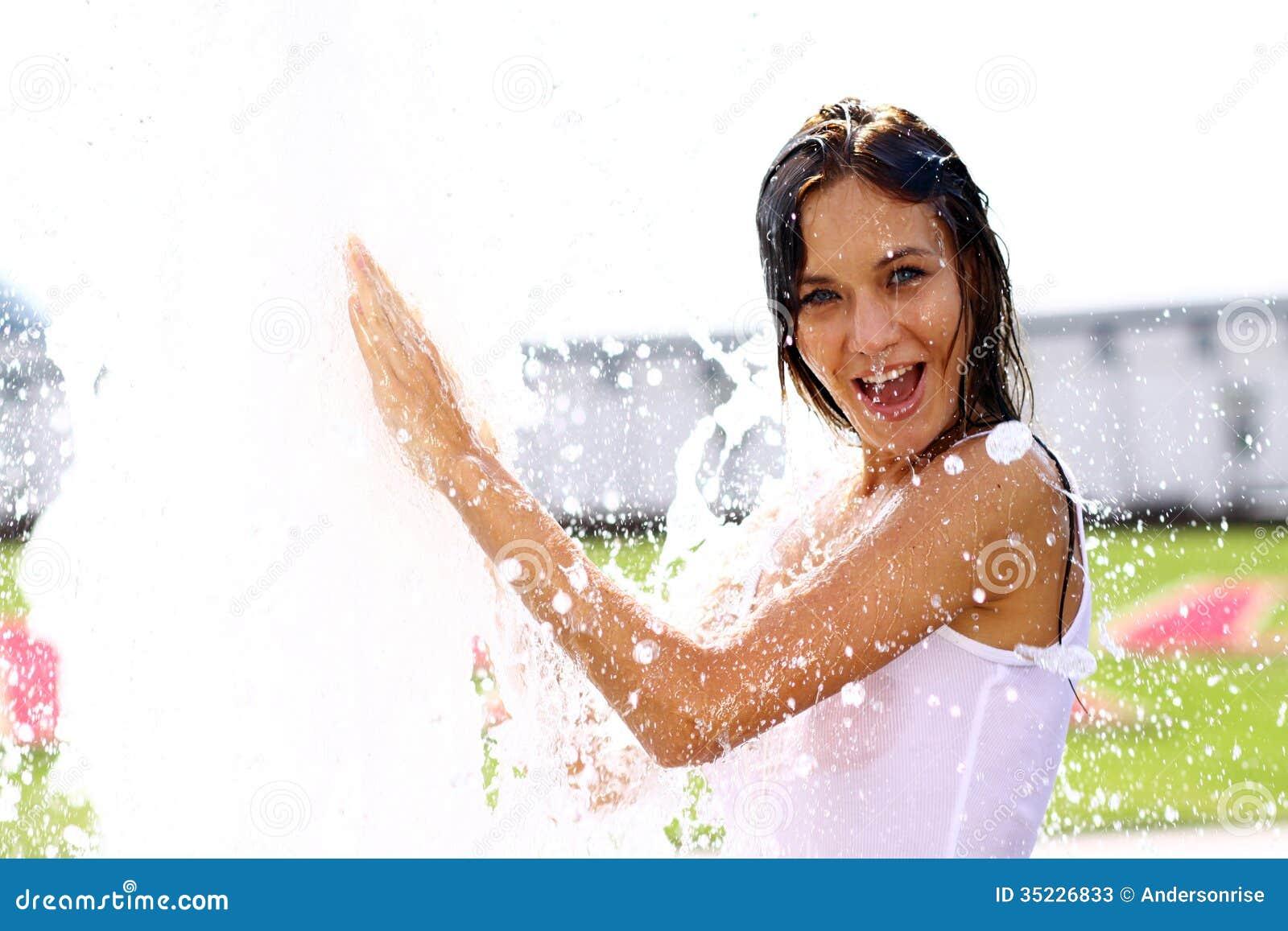 Lycklig våt ung kvinna