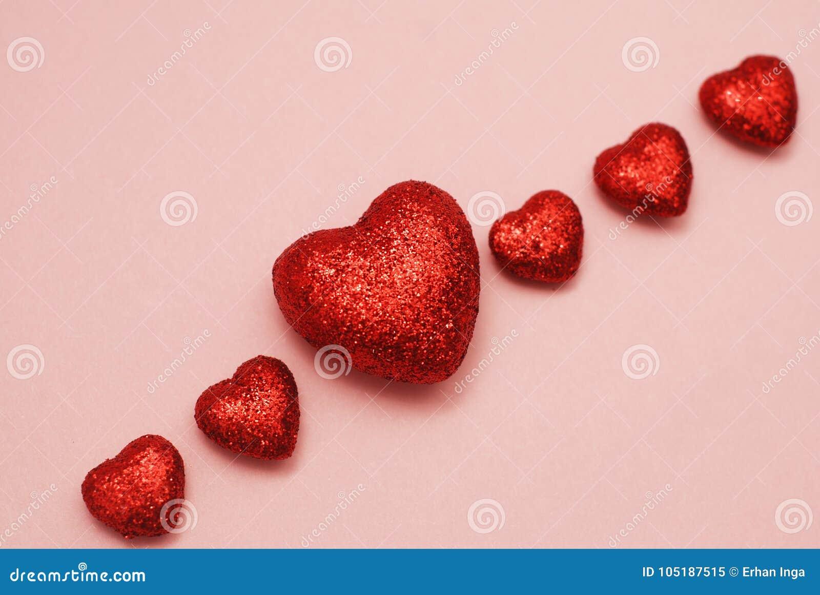Lycklig Valentine Day Festive Sparkle Template hälsning Blänka hjärtor på rosa bakgrund Förälskelse för begrepp för dag för valen